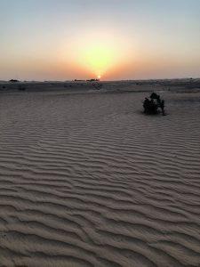 ドバイの砂漠から昇る満月